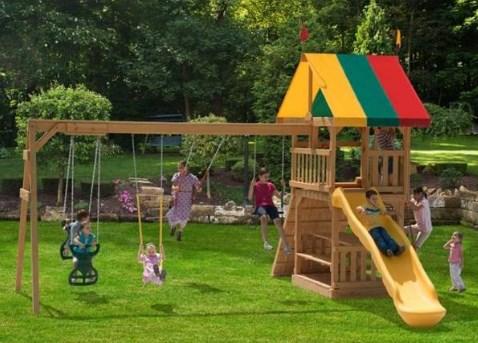 детская площадка во дворе часного дома