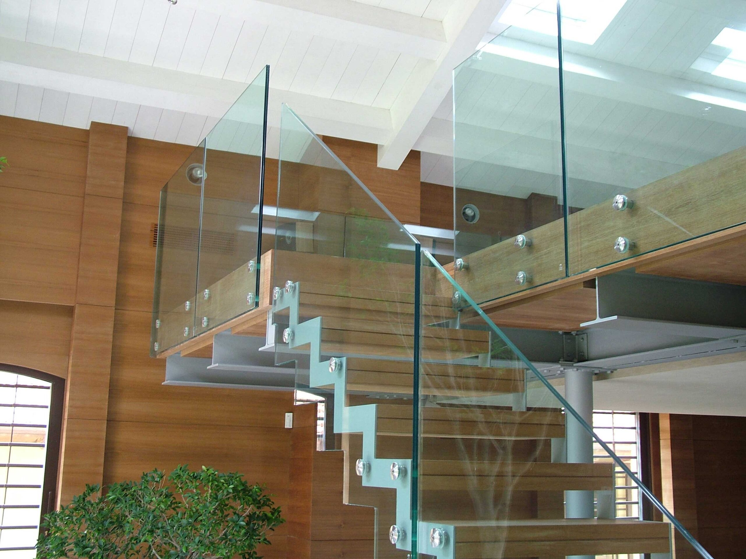 Ограждения из стекла и нержавеющей стали для лестницы